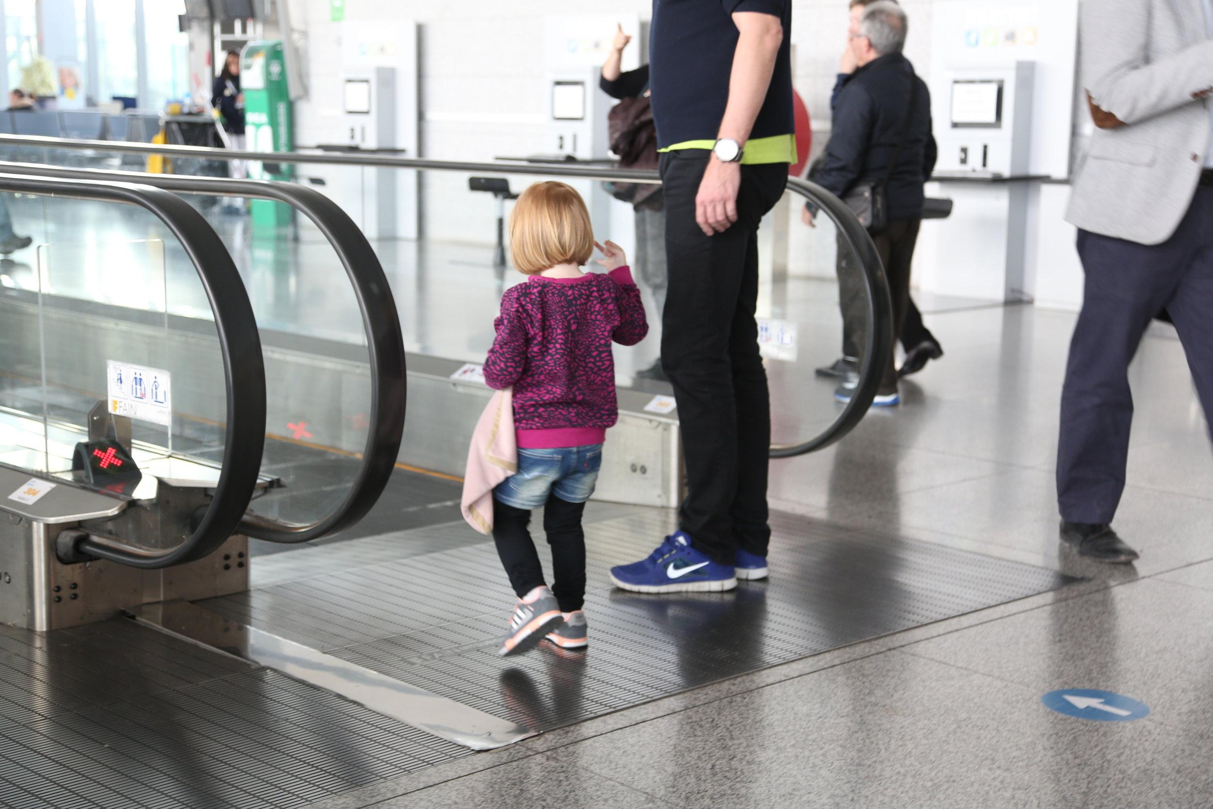 36bcaff04 10 tips for dere som skal fly sammen med barna i sommer — The Travel ...