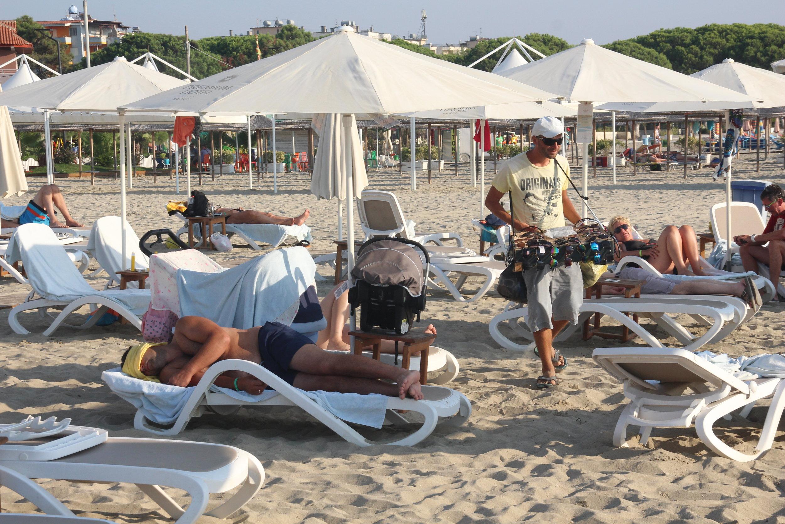 Nei, ikke fall for fristelsen til å kjøpe ulovlige piratprodukter på stranda.   Foto: Odd Roar Lange