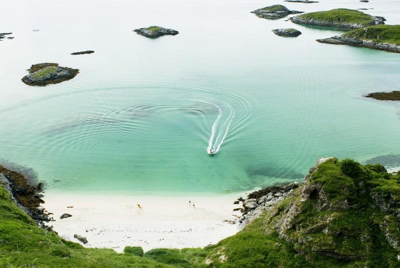 Vakre Sommarøy kan snu fakenewsbeskyldningene til en suksesshistorie - dersom de vil.  Foto: CH/Visitnorway
