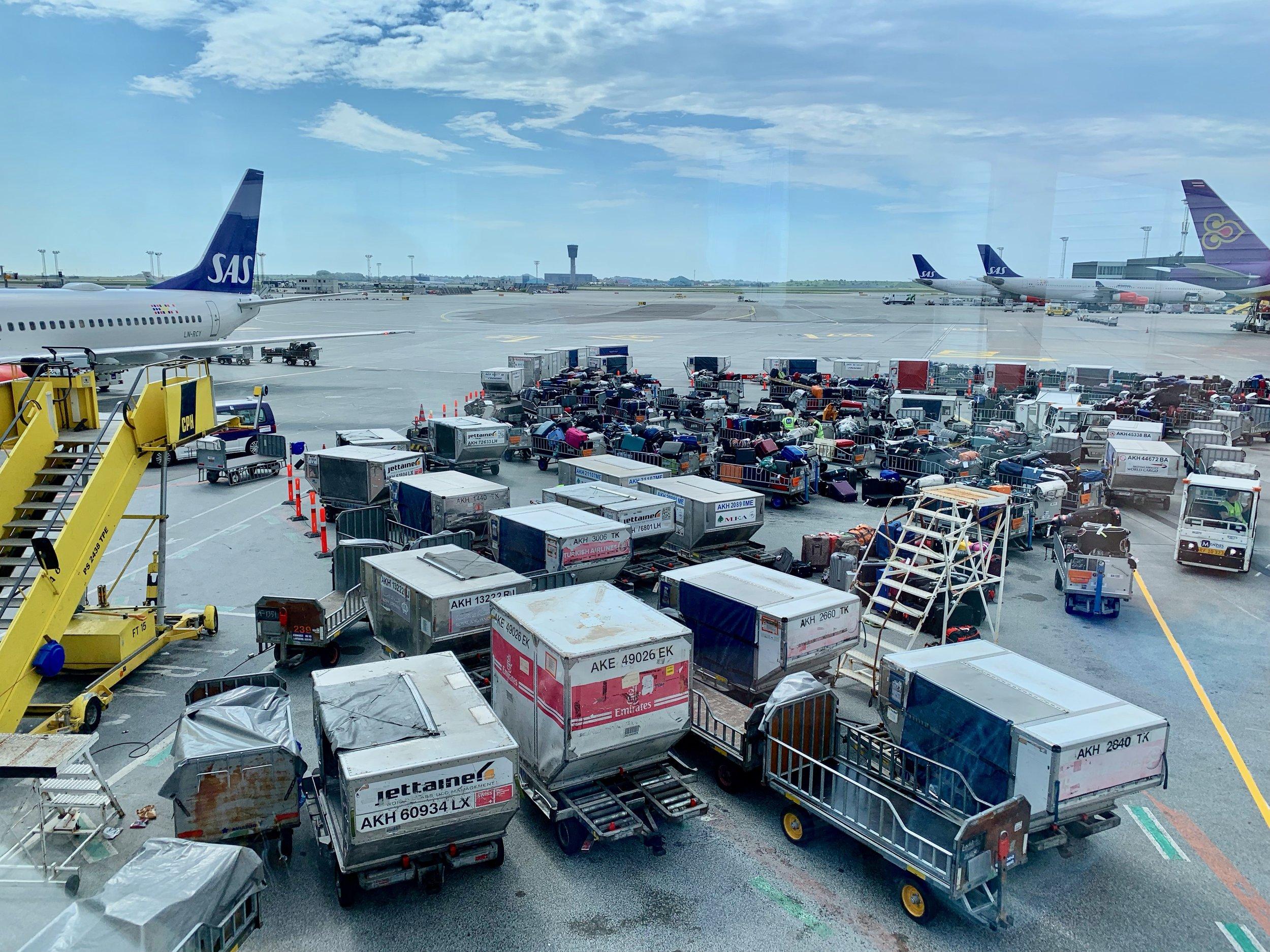 Hvis kofferten din befinner seg der ute så er det neppe de i serviceskranken sin feil. Men kanskje de kan hjelpe deg. Foto: Odd Roar Lange