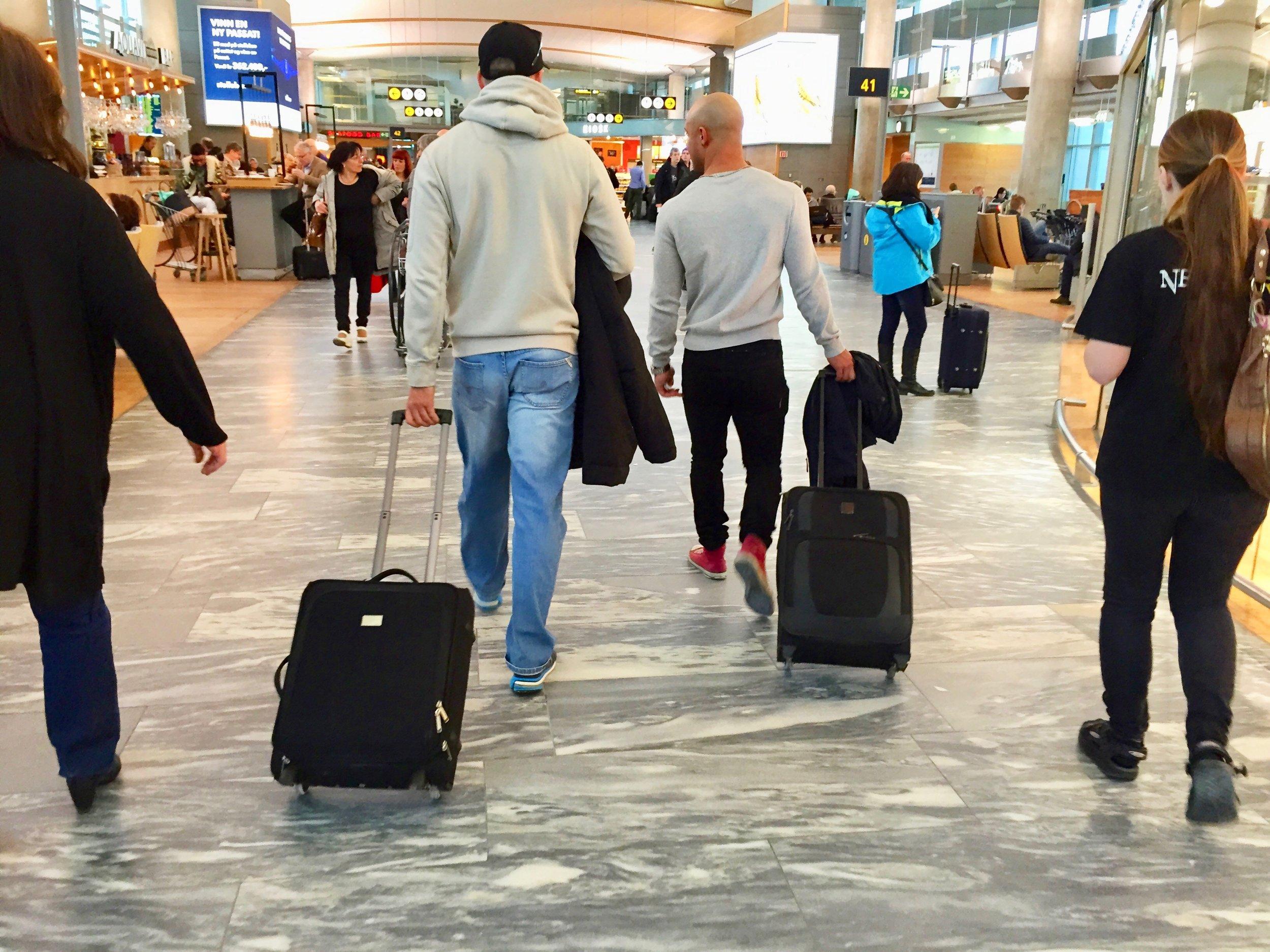 Tenk over hvor mye og hvor tung håndbagasje du har med deg. Nå står kontrollørene ved gaten. Foto: Odd Roar Lange