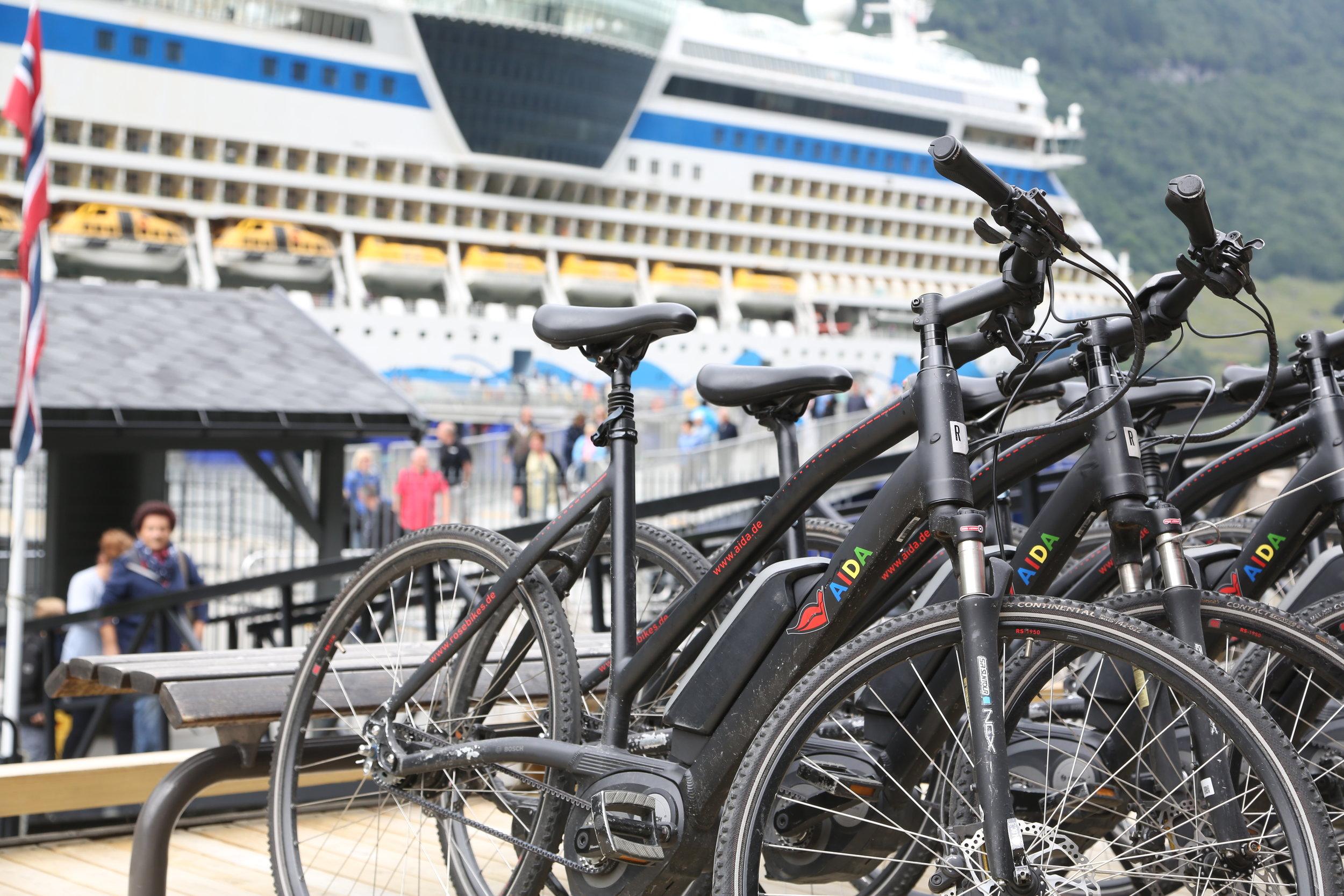 Cruisepassasjerene leier seg gjerne en sykkel. Men når de leier den om bord så blir det lite igjen i land. Foto: Odd Roar Lange