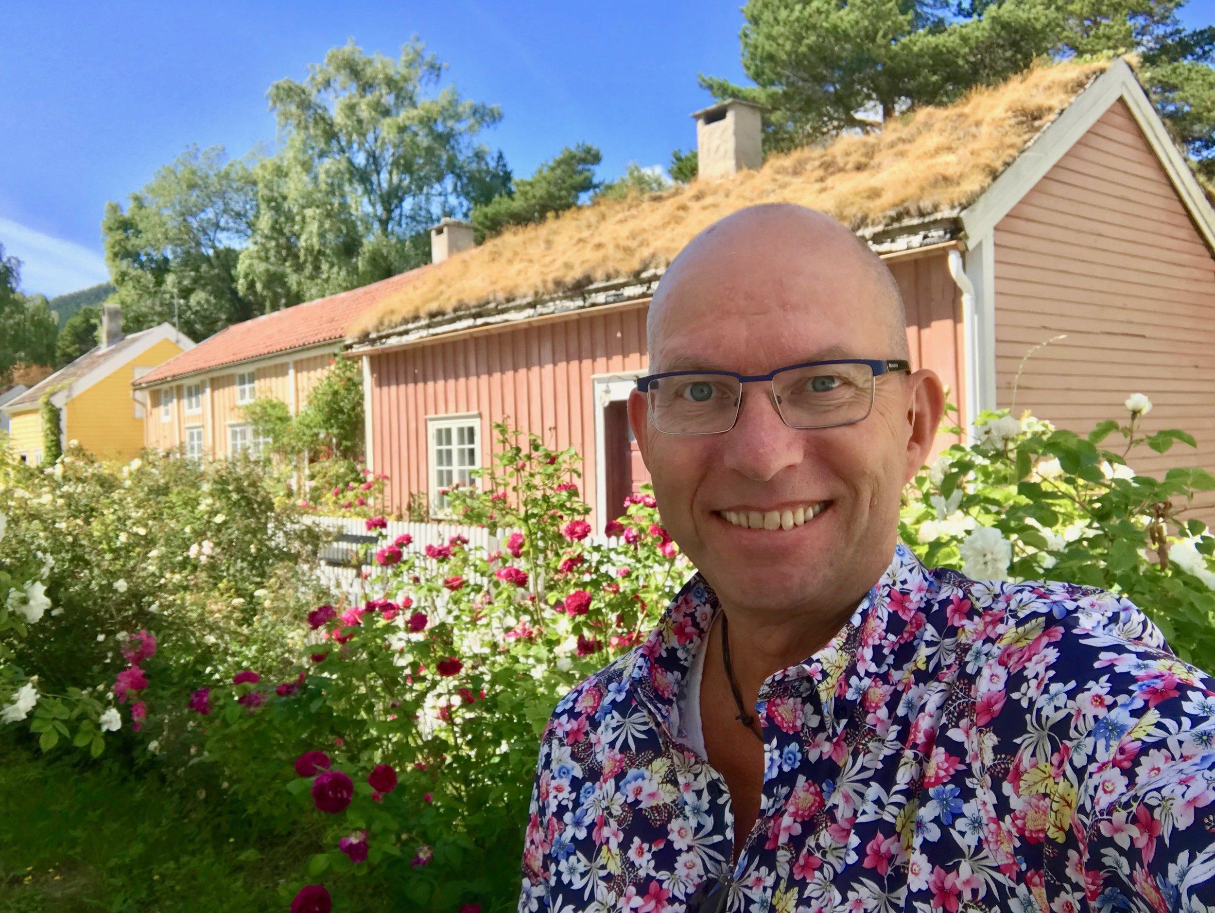 La rosene blomstre i Molde. Mens cruise- og hotellgjester bidrar med en euro hver til reetablering av Rosenes by.