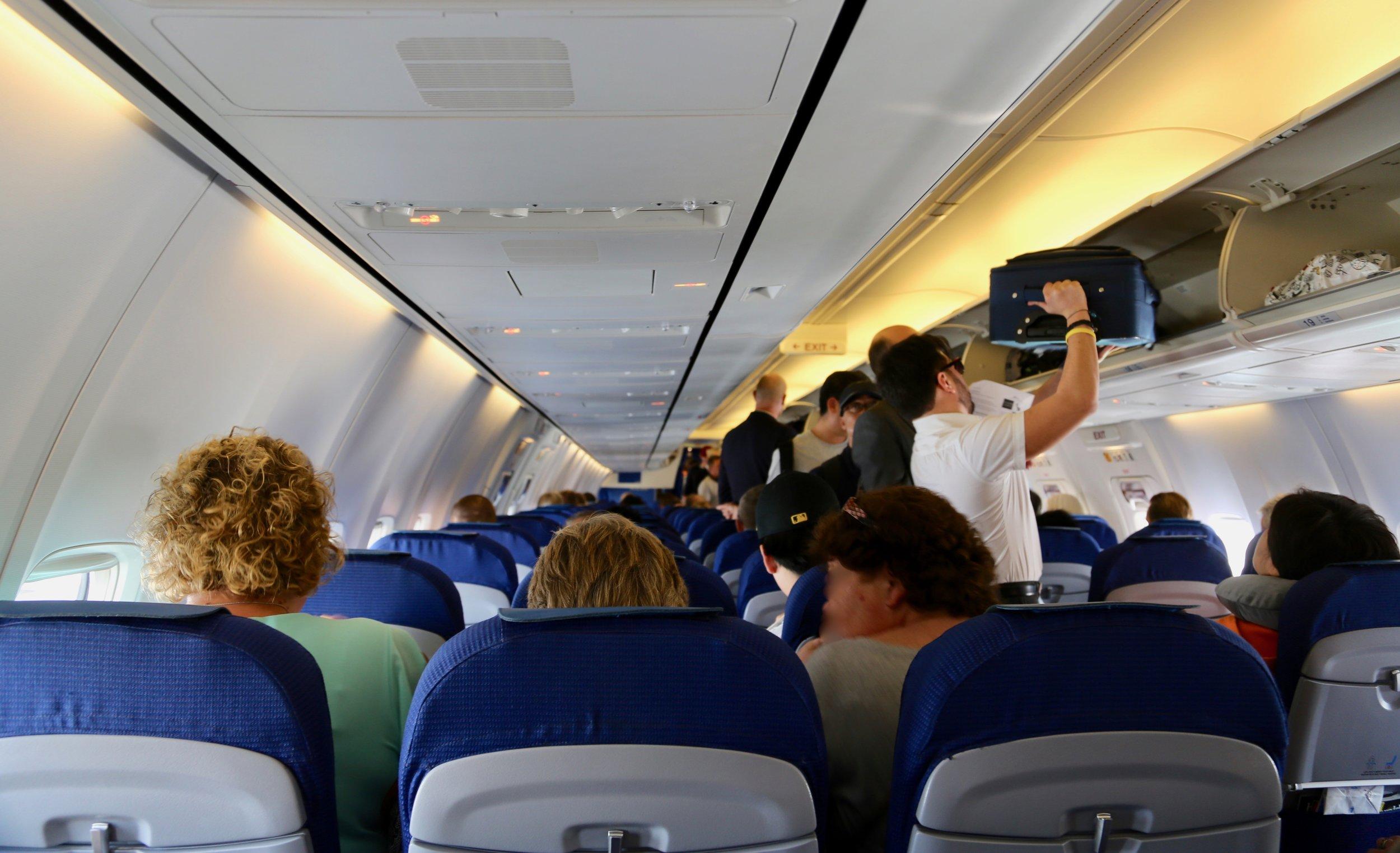Du har sikkert sett dem, de som har med et lite flyttelass på flyturen.  Foto: Odd Roar Lange