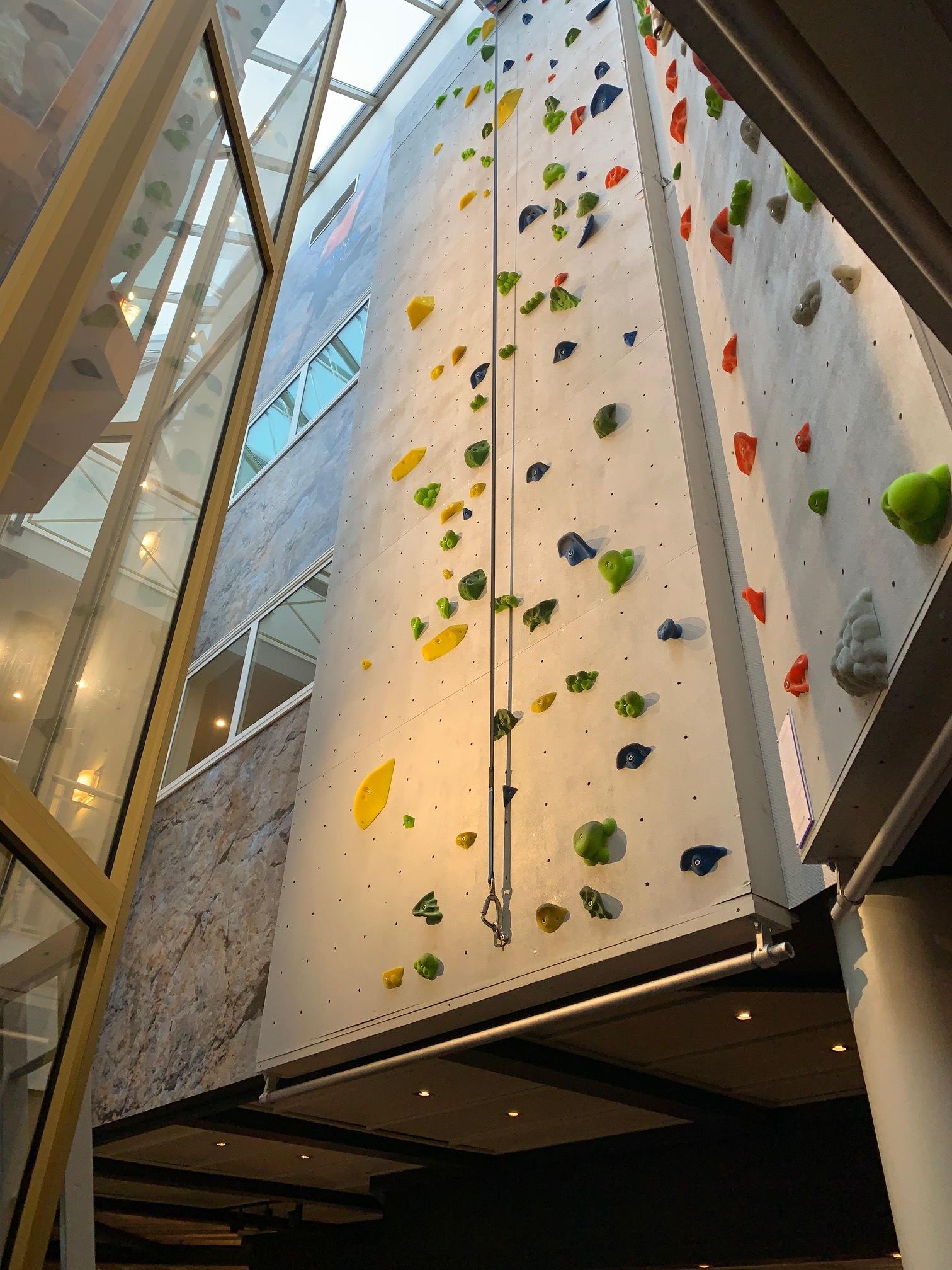 Tør du prøve den ti meter høye klatreveggen? Foto: Odd Roar Lange