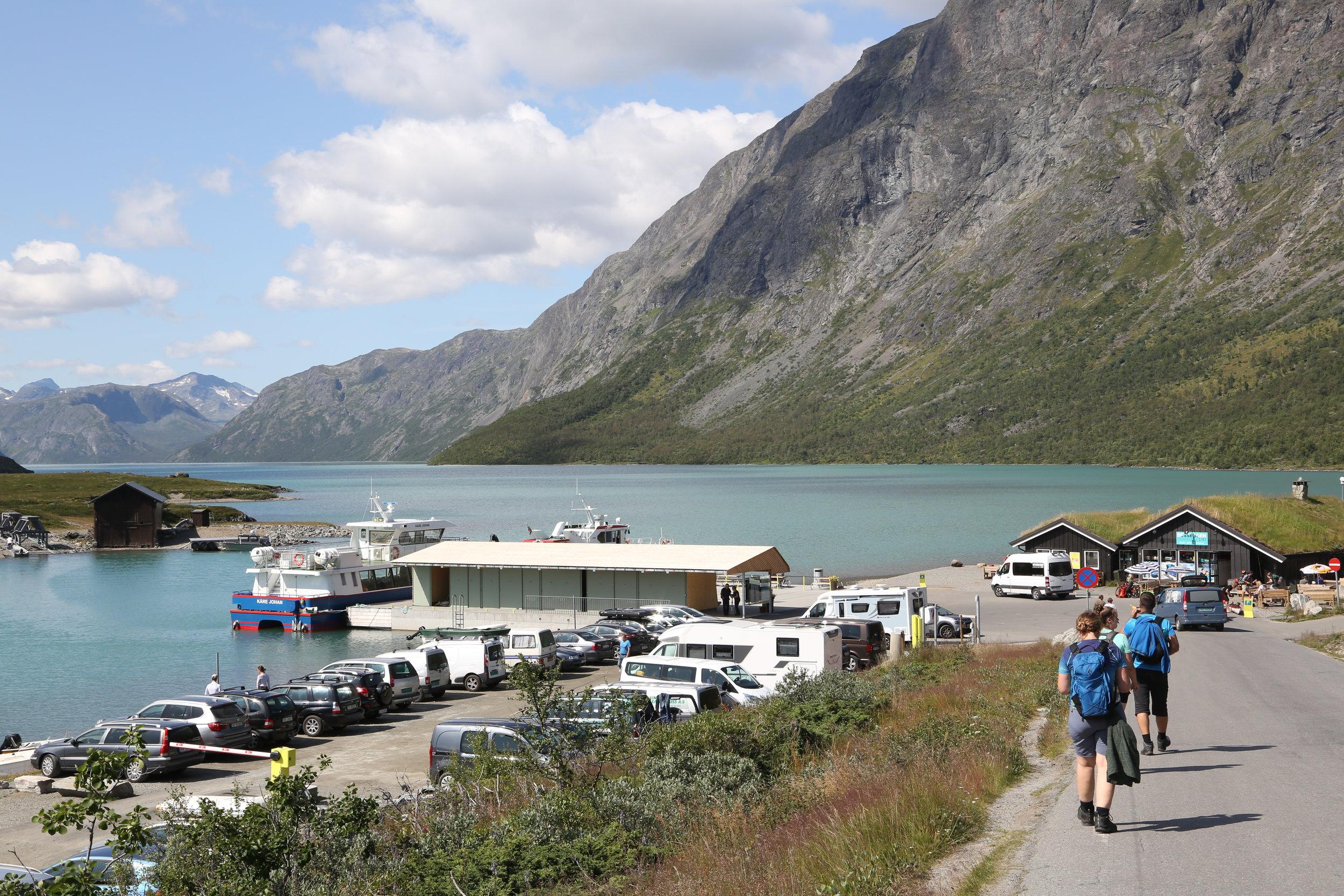 Båtene over Gjende frakter titusenvis av turister som vil gå Besseggen. Foto: Odd Roar Lange