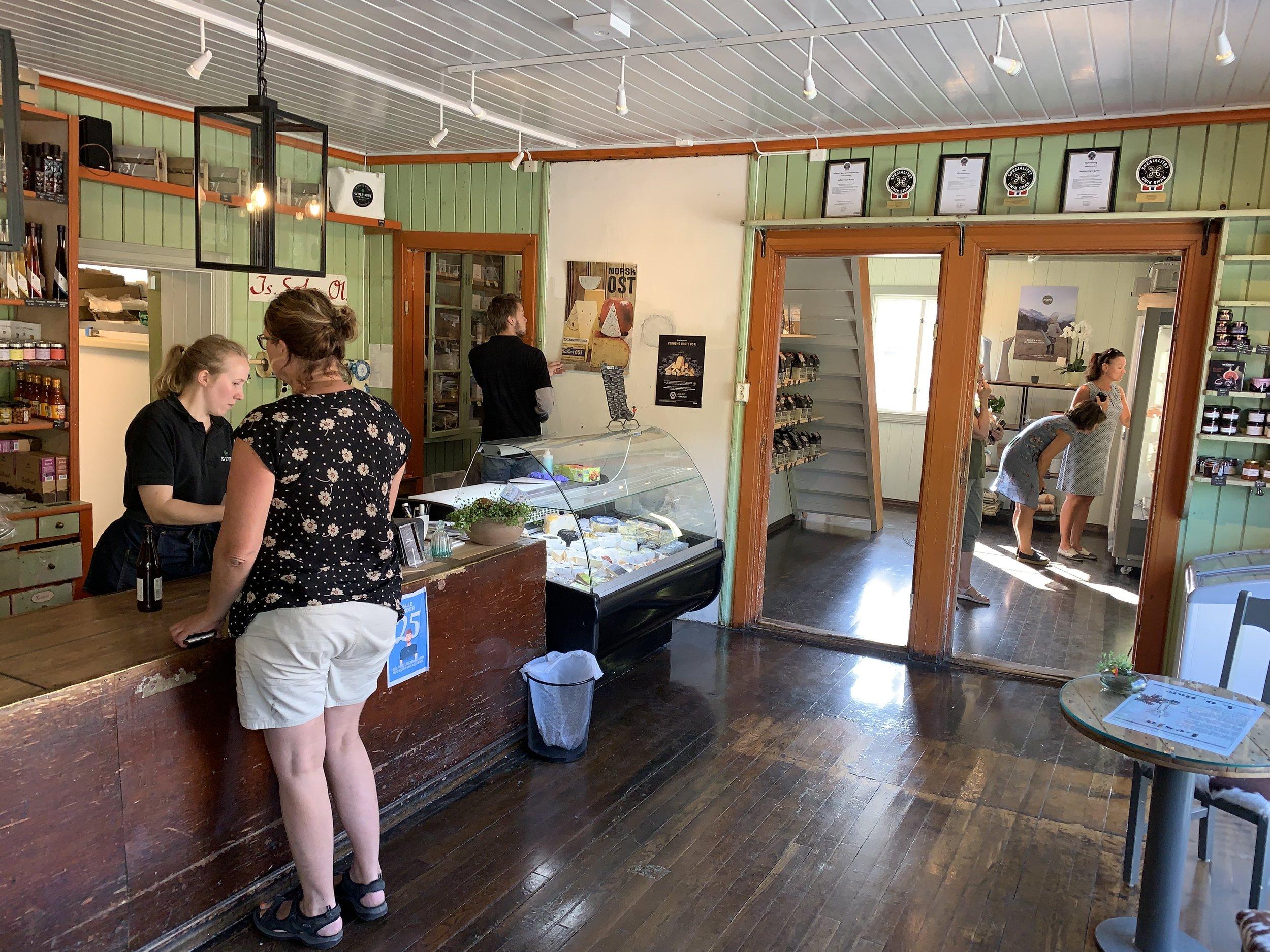 I sjarmerende lokaler driver Avdembue salg av blant annet kortreist og lokal mat. Alle foto: Odd Roar Lange