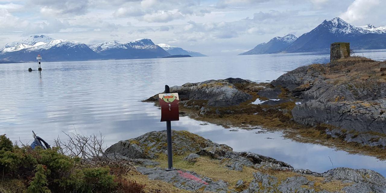 Stikk-ut-posten på Hjertøytangen når du ved å følge den 4 km lange stien langs øya - mot vest. Foto: Stikk Ut