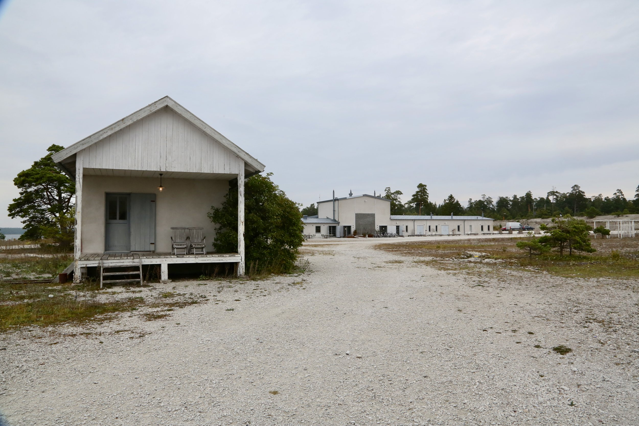 Suiten til venstre og hovedbygget med 16 rom og restaurant til høyre. Velkommen til Fabriken Furillen. Foto: Odd RoarLange