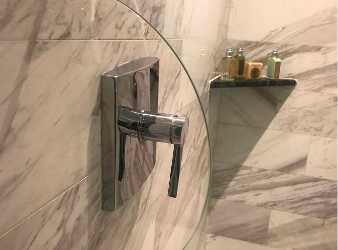 Så smart, hvis du vil stille inn dusjen uten å bli våt.   Foto: Boredpanda.com
