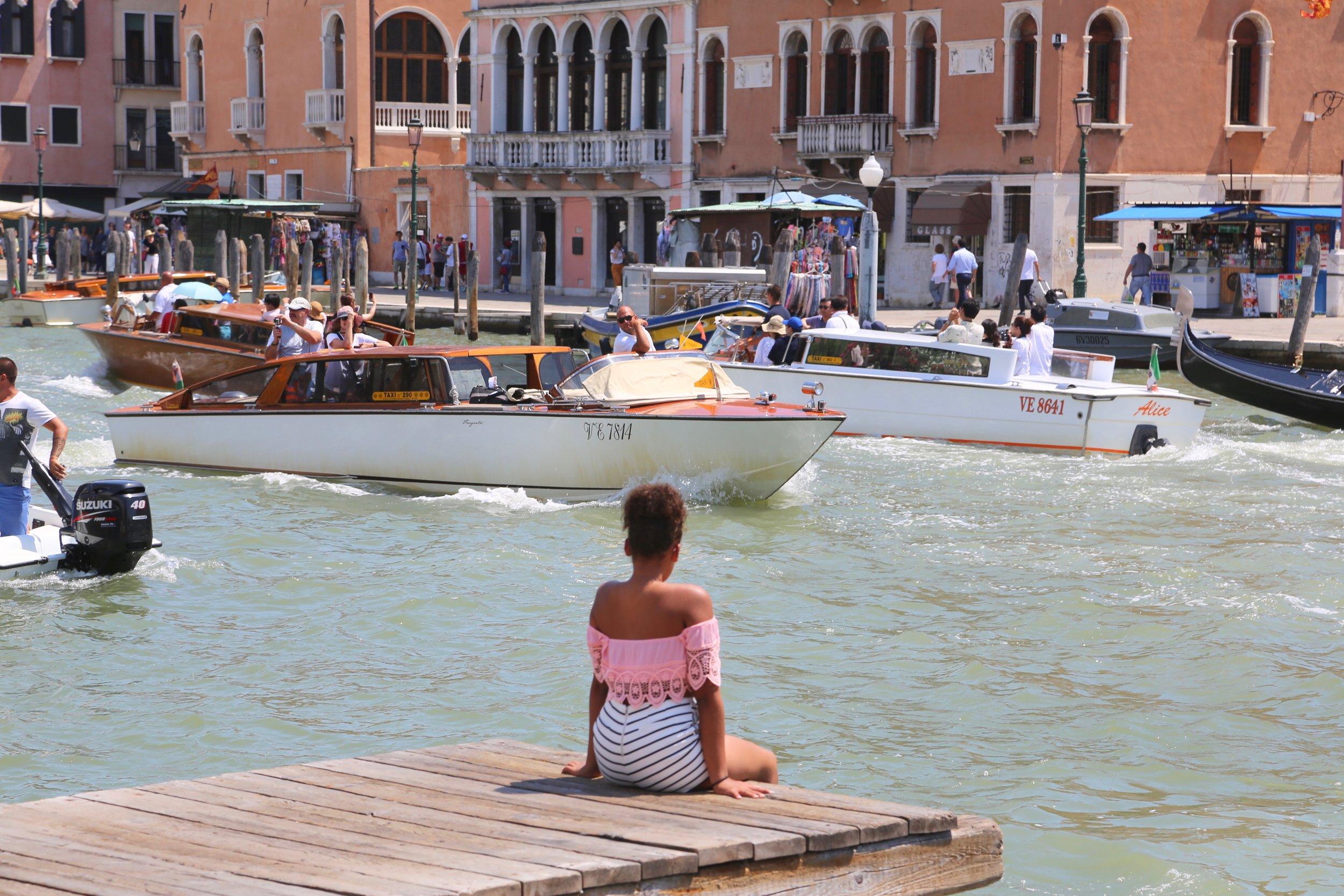 Du kan gjøre mye ved kanalene i Venezia. Men bading er ikke blant det. Foto: Odd Roar Lange