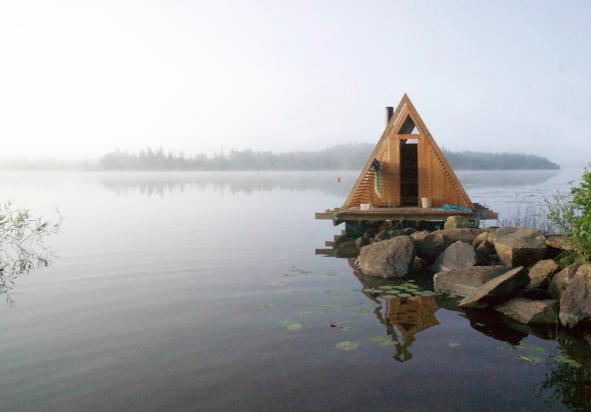 Badstua ved vannet på Stedsans. Foto: Thomas Kjelds