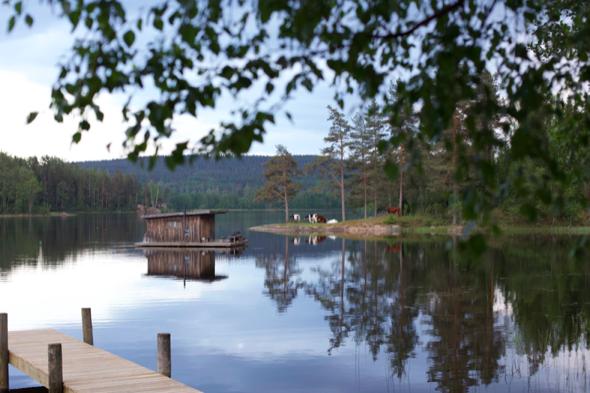 Den flytenden hytta på Naturbyn. Foto: Hanne Marit Tobiassen/Sekkogsandaler/Visitsweden