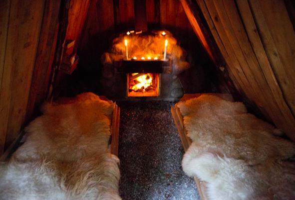 Koselig stemning inne i hyttene på Kolarbyn. Foto: Per Groth