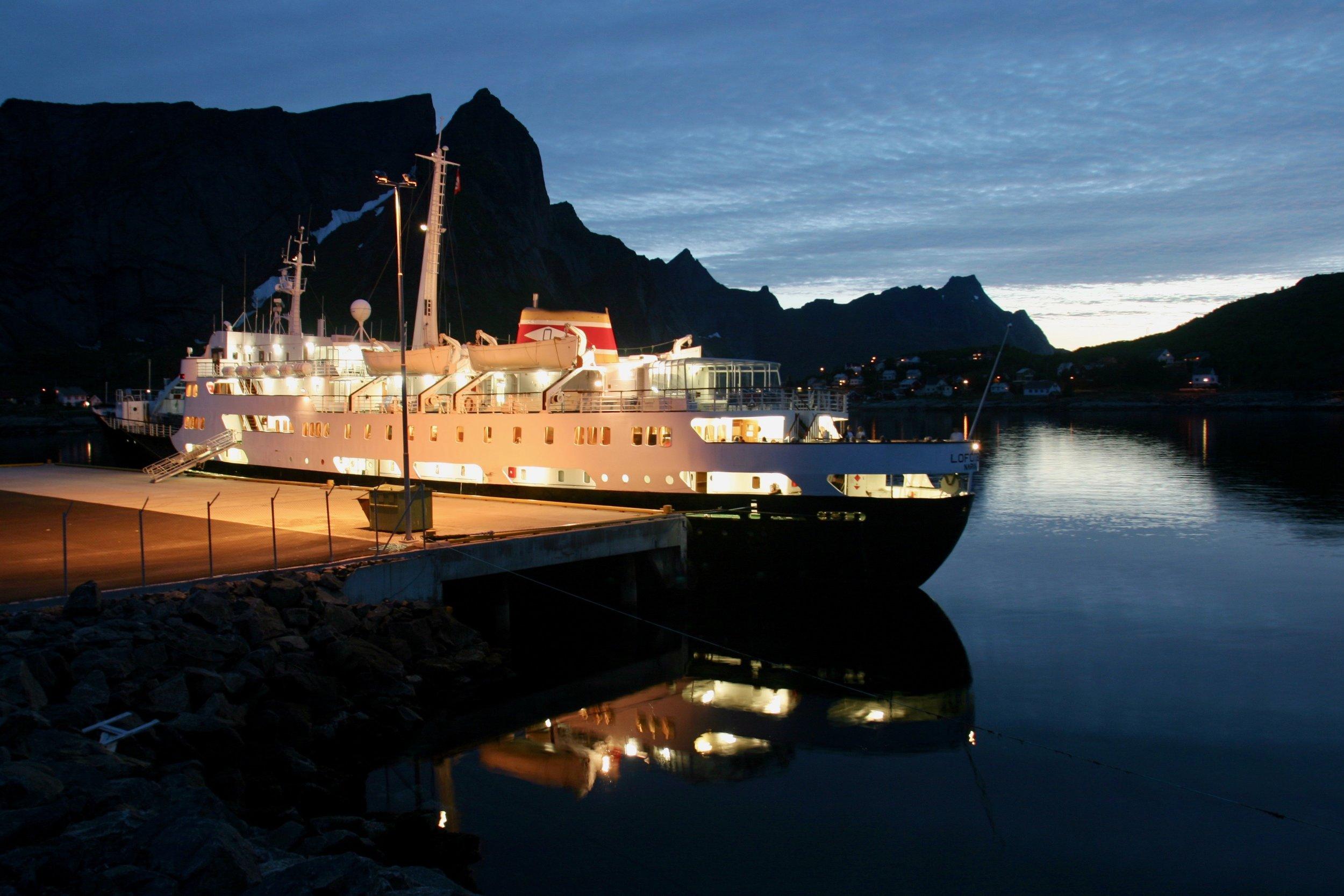 MS Lofoten gikk på nostalgicruise til Reine i Lofoten. Nå tar Hurtigrutens nye ekspedisjonsskip over. Foto: Odd Roar Lange