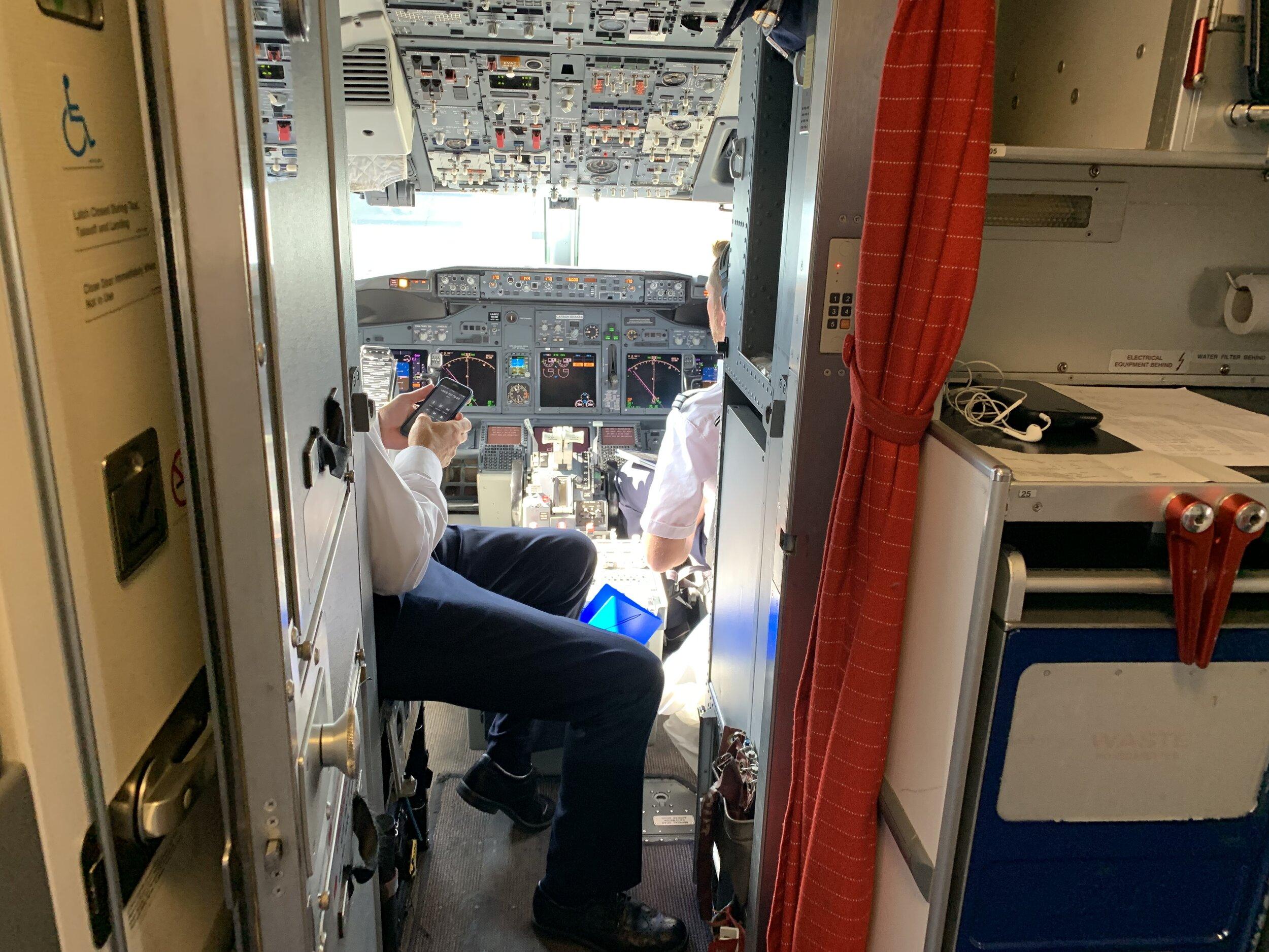 Ta kontakt med kabinpersonalet dersom du har spørsmål om flyet eller flyturen. Kanskje får du også komme frem i cockpiten. Foto: Odd Roar Lange