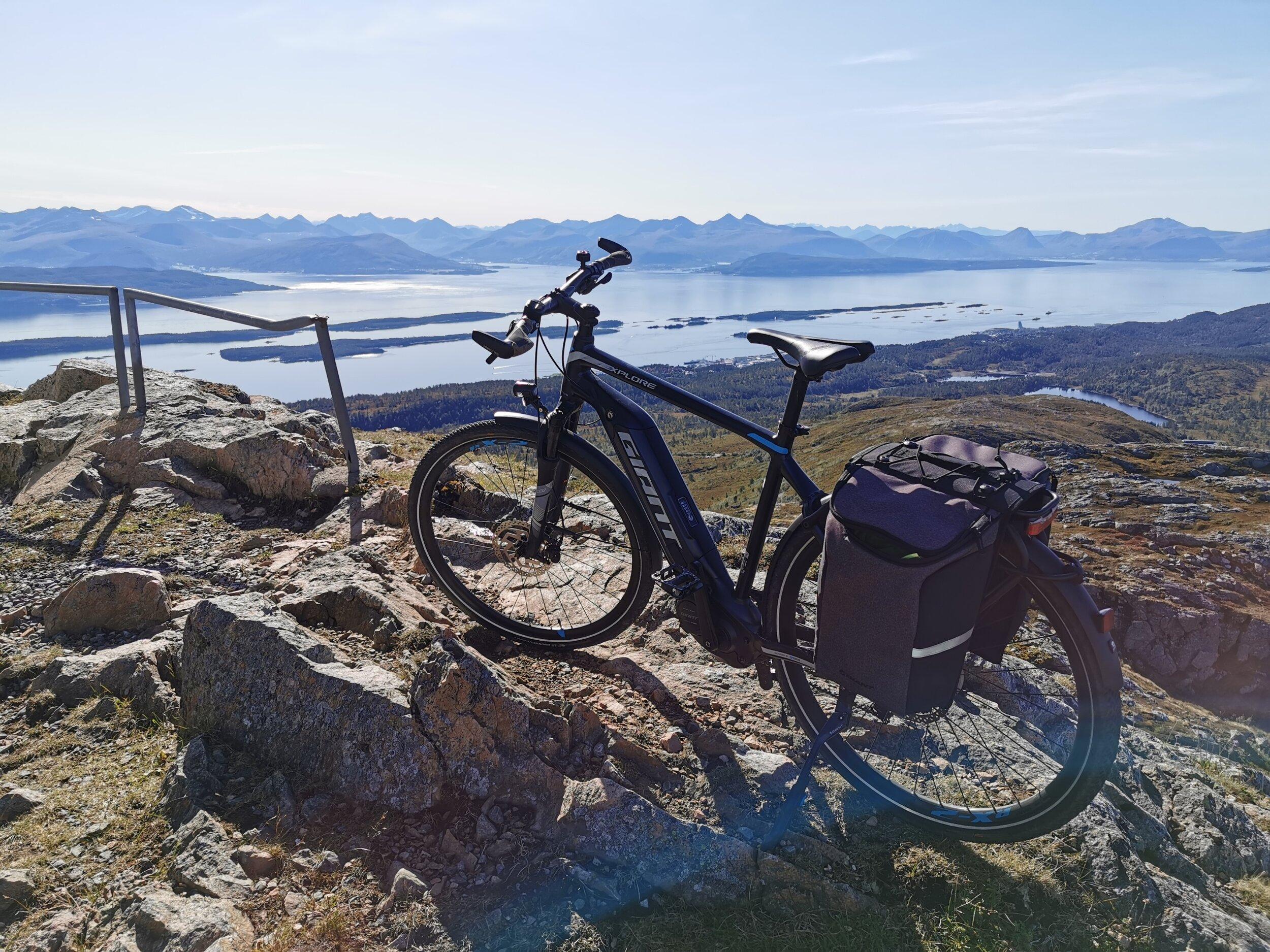 Ubetalelig utsikt. Når man kommer seg hit på sykkel - med lav puls og godt humør. Da er livet lett å leve på Tusten i Molde. Foto: Odd R. Lange
