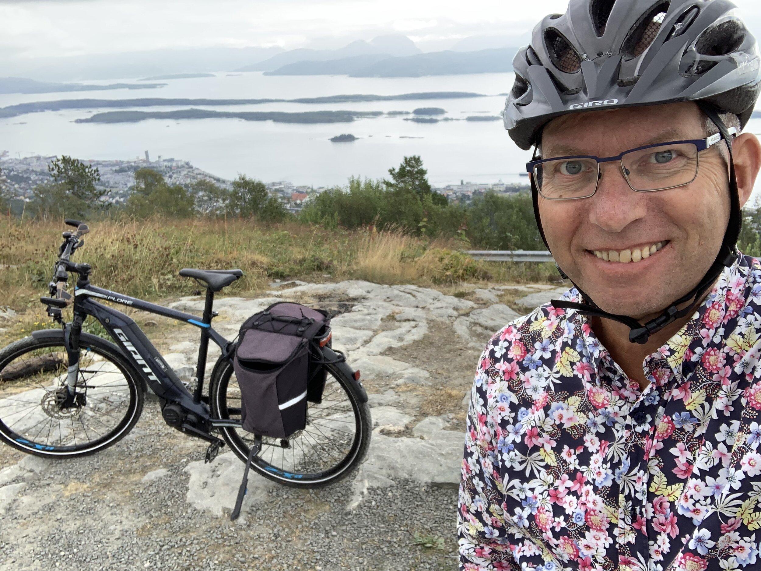 Utstyrt for fine turer. Giant Connect er en utmerket sykkel for både tursykling på skogsbilveger og i bygater. Her fra Varden i Molde.