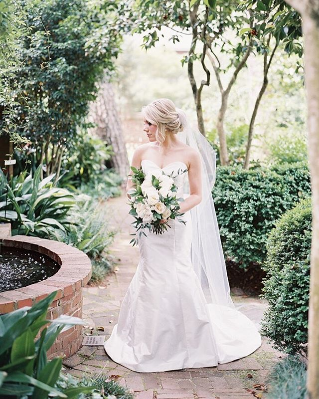 A sophisticated beauty surrounded by nature / / I will forever love this image of @stylesouffle from her bridals with the oh so talented  @theallisonkuhn 🌿