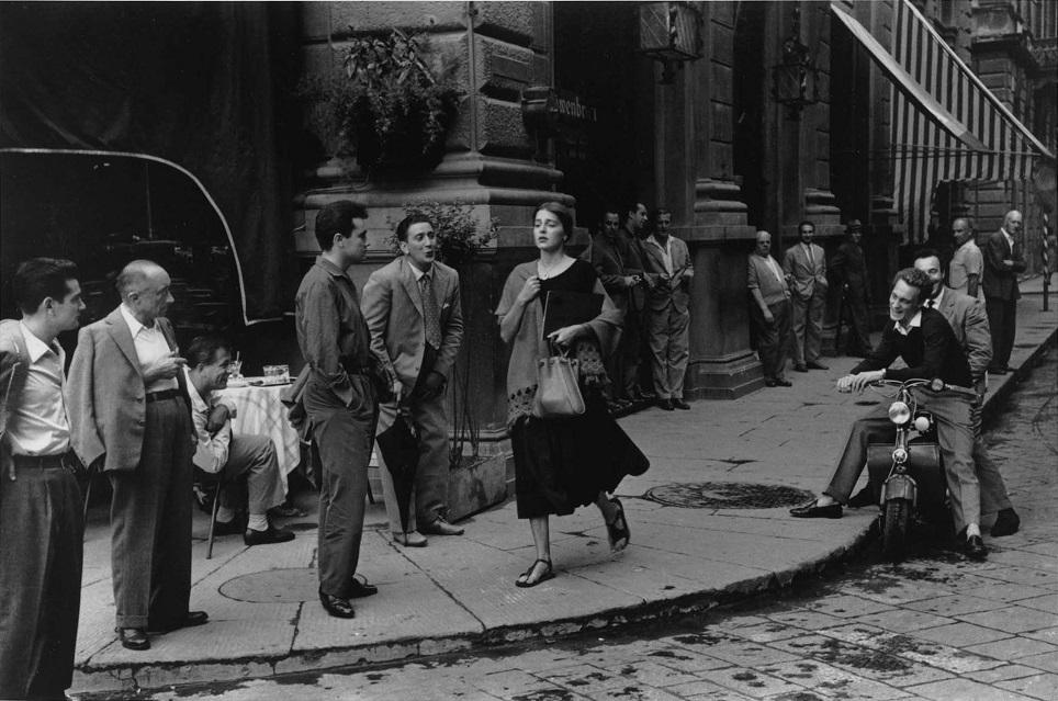 La fotografía icónica de una chica americana en Italia. Fuente:   Ruth Orkin photography  .