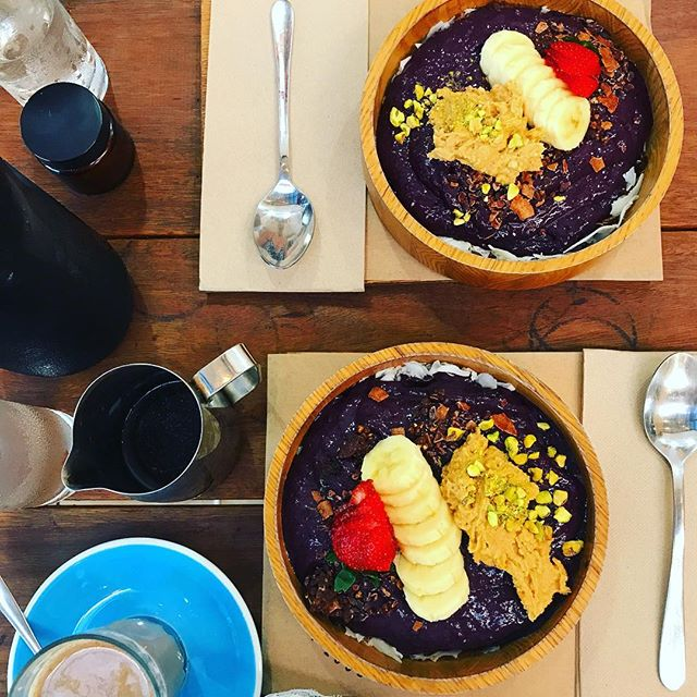 Smoothie bowl goals...#byronbay favourites @wearecombi - peanut butter açai and chai . #yum #wholefood #organic #breakfast #smoothie #yogaoffthemat #nutrition #acaibowl #selfcare #holiday #yogi #yoga #yinyang #friends #chai #mylk