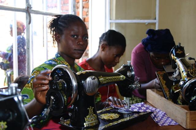Att lära sig sy och får tillgång till en symanskin kan vara början till självförsörjning för en änka i Dr Kongo.