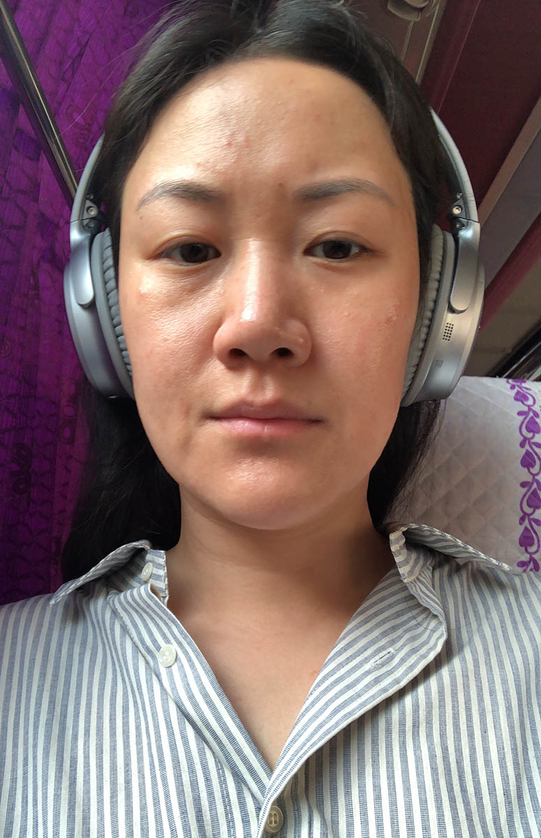A very tired bus selfie at 7am. You can see the breakouts on my forehead and cheeks :(