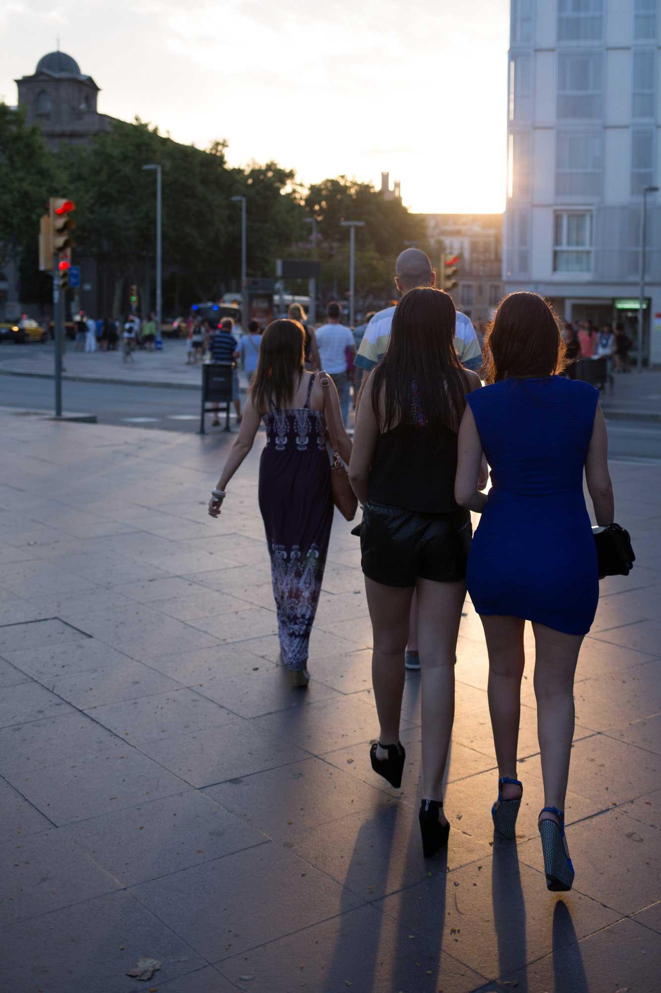 2014 — Fashion and evening light near Barceloneta