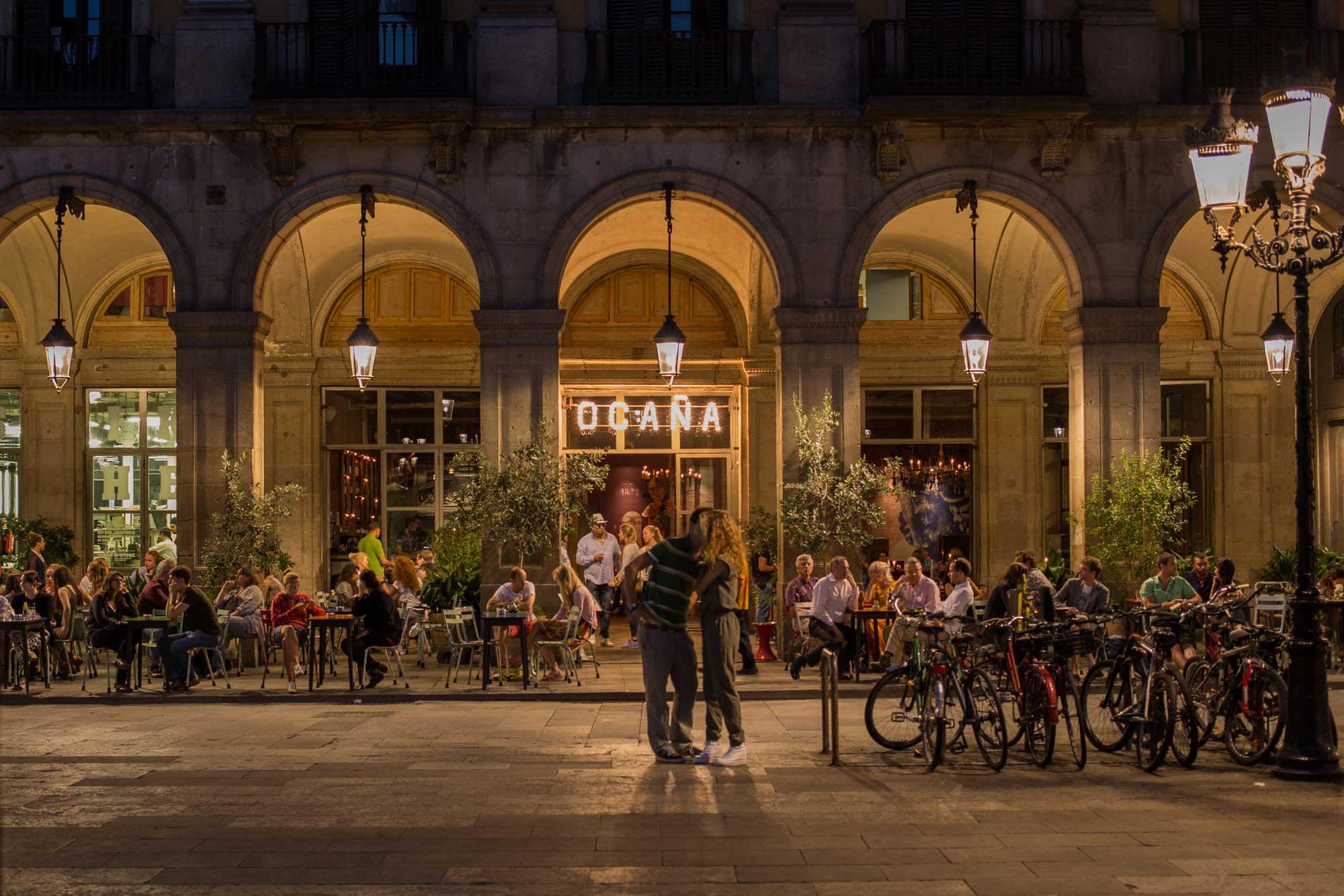 2014 — A couple making plans outside of Ocaña Restaurant in the Plaça Reial
