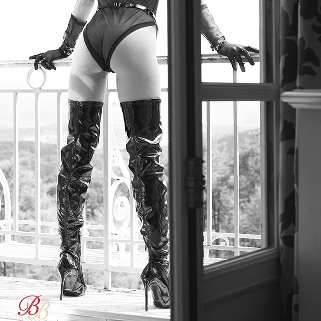 Don't underestimate the power of transparency and shine! Shop the look in bio #boudoirbelles_lookbook #fetishfashion #heels #highboots #kneeboots #swissonlineshop #schutzoficial #seductive #murmurclothing #frauleinkink #luxuryaccessories #dominatrix #fashion