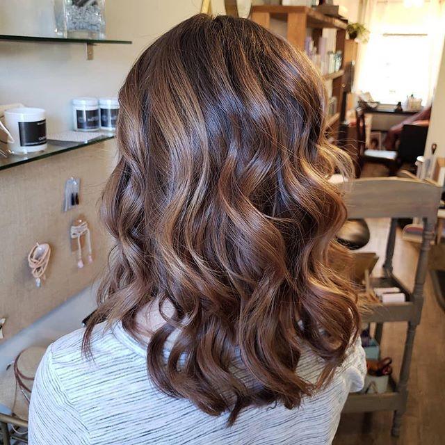 Subtle balayage with pops of brighter dimension 😍⠀ ⠀ By @hairbysaramariesocia⠀ .⠀ .⠀ .⠀ #austinsalon #austinhairstylist #austinhair #austinstyle #hairaustin #salonaustin #hairsalonaustin #coloristaustin #styleaustin #balayageaustin #customcolor #customcoloraustin #austinwomen #destroythehairdresser #modernsalon #hairbrained #behindthechair #hair #salonlife #beauty #hairstyle #haircolor #hairtrends #trendyhair #beautifulhair #hairporn  #hairoftheday #hairofinstagram #instahair #instagood⠀