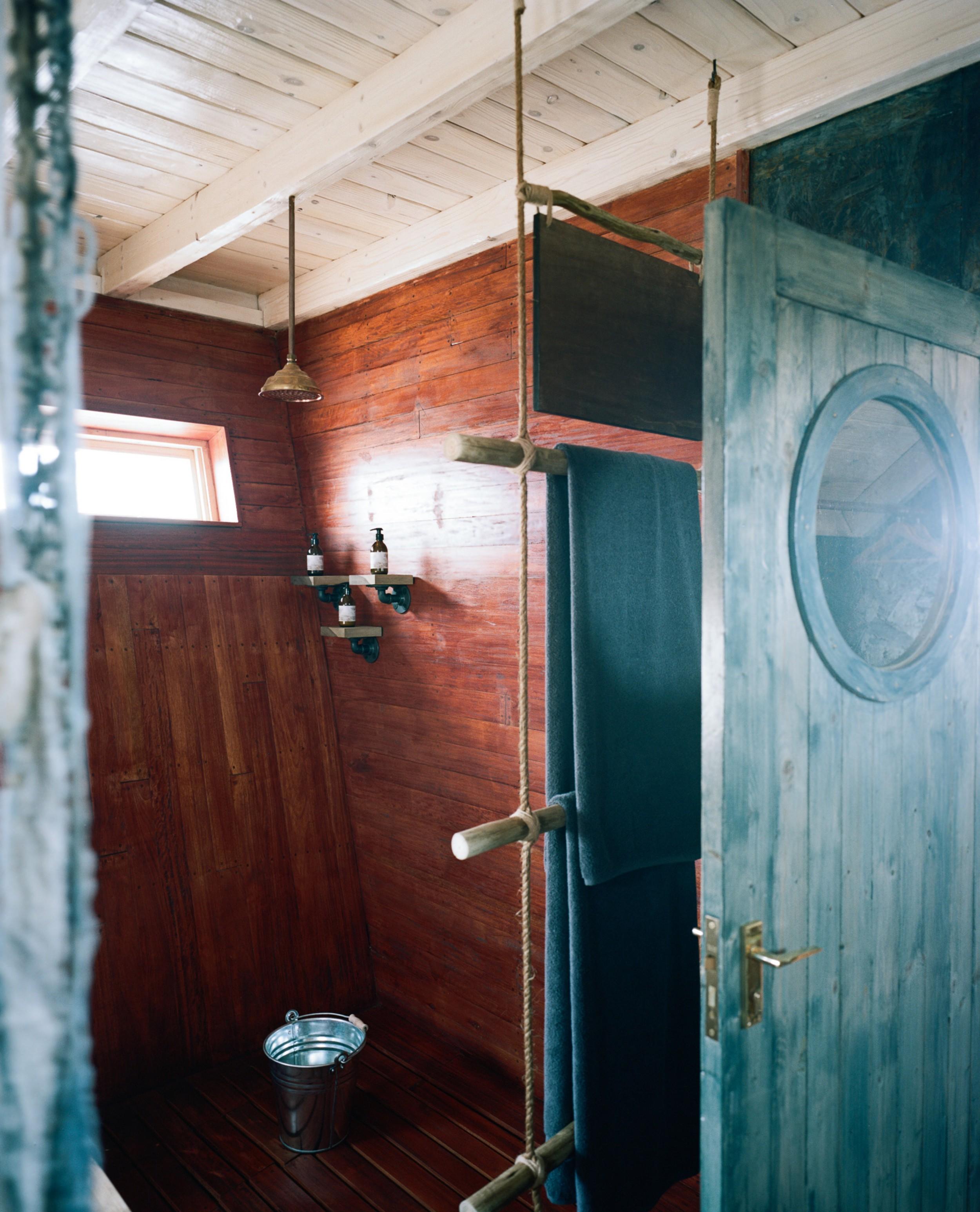 10Shipwreck Lodge - Accommodation - Bathroom layout.jpg