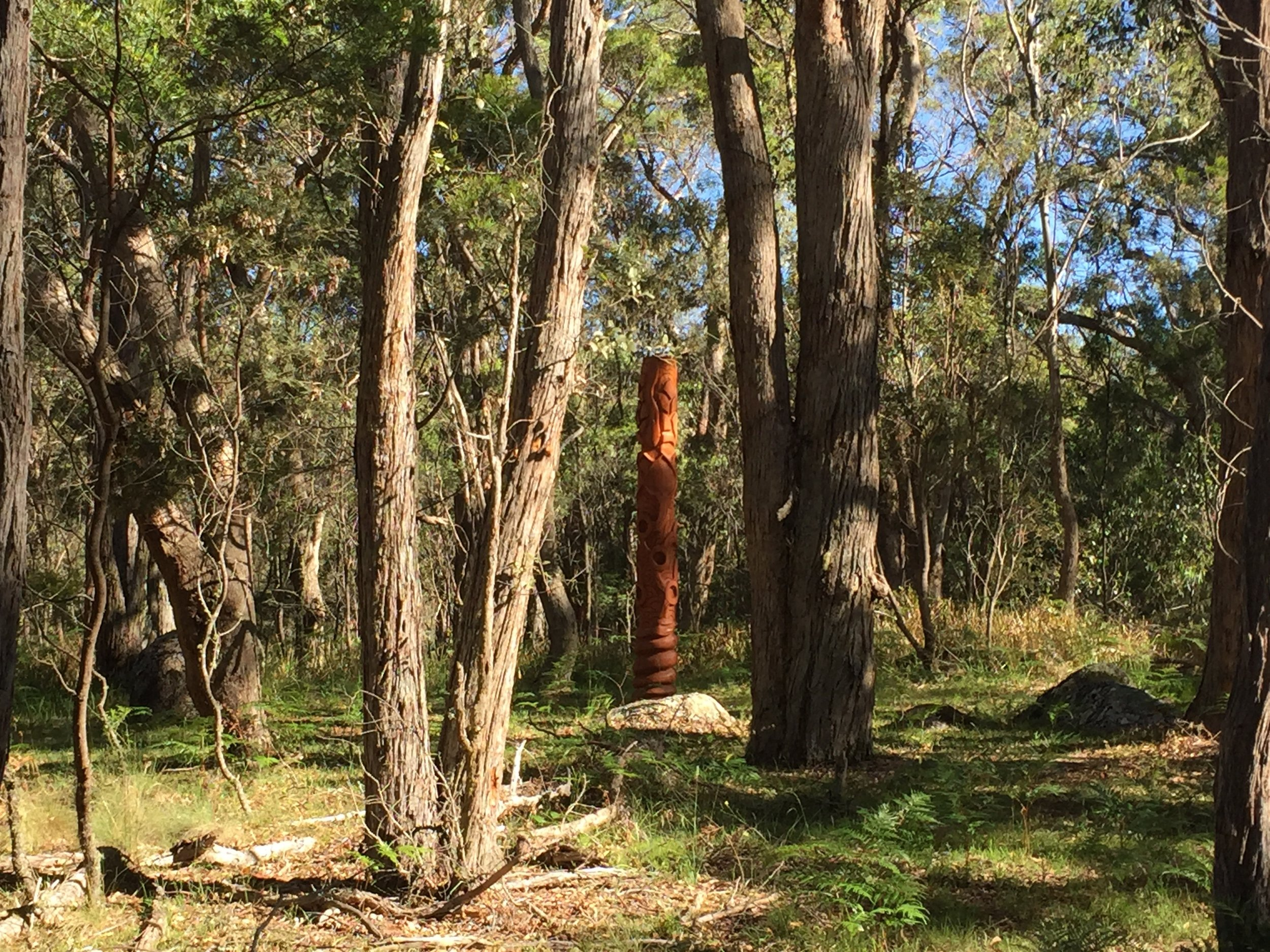 Wonderfully carved a five metre totem: warm energy to the centre of the earth...