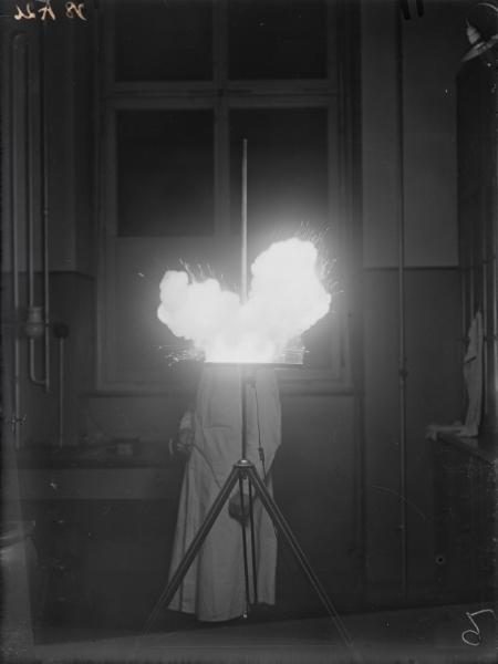 Unknown Photographer,    Magnesium-Blitz mit Schüttungseinrichtung 1928 ,  Photographisches Institut der ETH Zürich