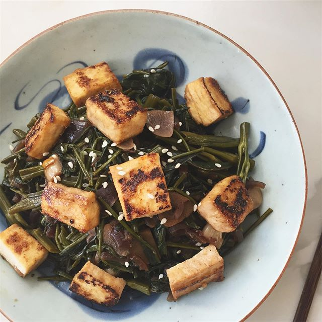 Lunch time! 🍚🥢 @magicseasonorganics water spinach stir fried in caramelized onions and garlic, topped with charred tofu . . #plantbased #food #veggie #hongkong #spinach #tofu #stirfry #green #organic #local #produce #healthcoach