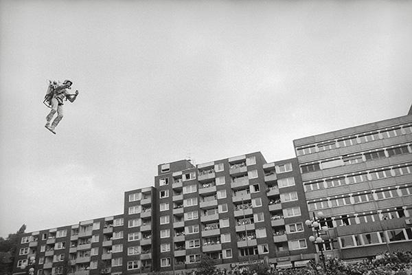 Ziemlich abgehoben in Essen-Steele 1984. Ein Stuntman mit Raketen-Rucksack fliegt ein. Ein großes Möbelhaus feiert sich selbst. Und signalisiert: Hier kannst du kaufen und trotzdem große Sprünge machen.