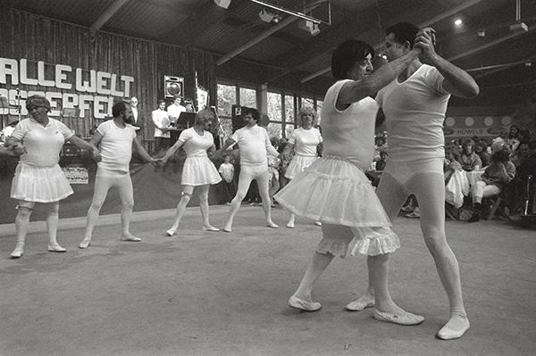 """Männerballett beim Vatertag im Revierpark Vonderort 1986. Das Motto """"Heute feiert alle Welt - Vatertag in Osterfeld"""". Schöner sind da nur die Beine von Dolores."""