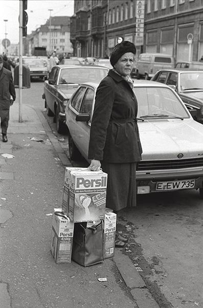 1982. Essen-Rüttenscheid bietet Persil im Sonderangebot. Gerade im Ruhrgebiet ist Sauberkeit Trumpf. Weil es immer noch Leute gibt, die glauben, hier käme man mit einem Brikett im Mund zur Welt.