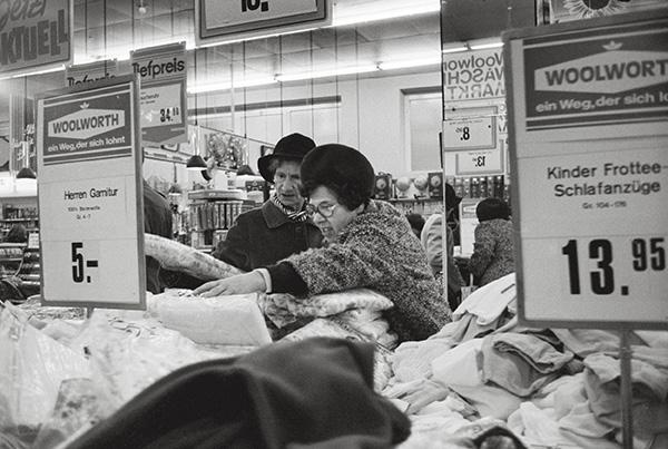 Woolworth in Essen-Frohnhausen 1982. Preiswert, nie billig. Die Qual der Wahl. Hastig von Angebot zu Angebot. Frau Nachbarin, wie finden Sie das? Meinem Mann hat`s gefallen. Soso!