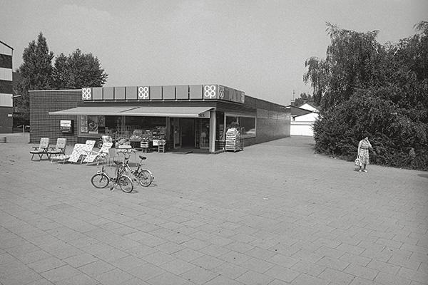 1984. coop in Essen-Altenessen, morgens. Der Käuferansturm hält sich in Grenzen. Und das trotz der Klappräder zum sensationellen Preis. Chef, jetzt nicht am Rad drehen: Ab mittags klappt das!