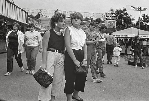 """Cranger Kirmes 1984. Im Strassendress, im Blaumann oder top modern: Jeder findet genau """"seinen"""" Spaß. Hilft es da, die Hände fest an die Taschen zu klammern, weil das Geld so locker sitzt? Wo doch das Gebotene zu mehr Ausgaben verführt als geboten erscheint."""