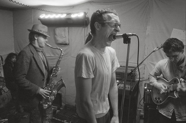 1982 im Proberaum. Tom Mega, alias Tom Meger, verstorben 2009, war Kult im Ruhrgebiet. Seine Alben »Backyards of pleasure« (1988) und »Love lies from Central Europe« (1989) gelten unter Kennern als Meilensteine.