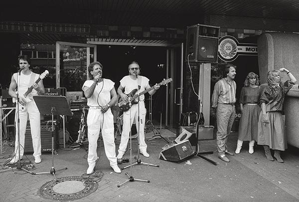 Noch hält sich frenetischer Beifall in Grenzen: Auftritt einer Schlagerband in Essen-Steele 1984. Sommerzeit. Schlager, mit »Sch« wie Schmusen sind angesagt. Schnelleres hatte man auch »auf der Pfanne«.