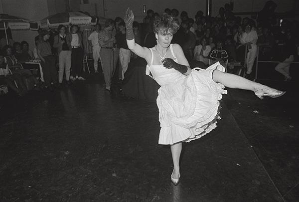 1985. Barfuß oder Lackschuh? Vor-Tänzerin bei der Eröffnung der Essener Großdisko »Pink Palace« in einer ehemaligen Krupp Werkshalle. Sieht aus wie Kampfkunst, ist aber hohe Disko-Schule.