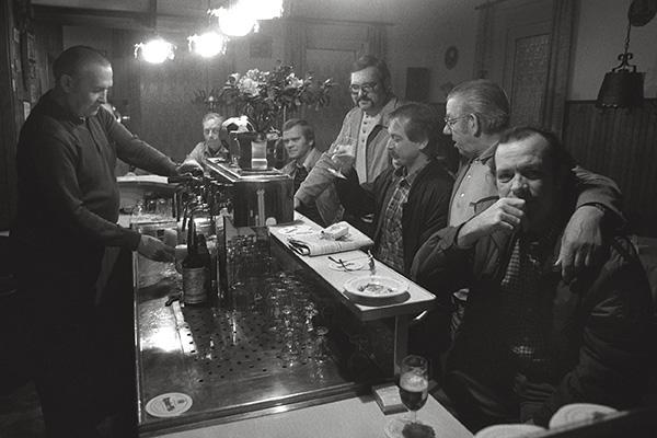 1984. Den Kneipen in Essen-Karnap geht das Publikum nicht aus. Denn selten verlässt der Ur-Karnaper seinen Stadtteil nach Feierabend. Hauptsache, noch was geht nicht aus: das Bier.