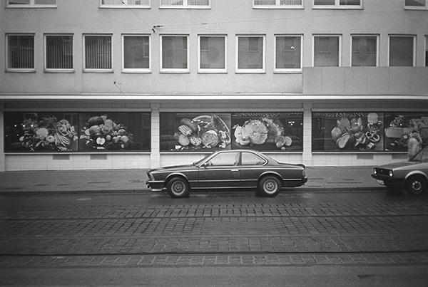Edles Mobil auf der Rüttenscheider Straße in Essen. Bis zum Juni 1986 fährt hier noch die Straßenbahn. Heute zockelt man an Sommertagen gerne über die »Rue« – meist in Cabrios, die noch der Bank gehören.