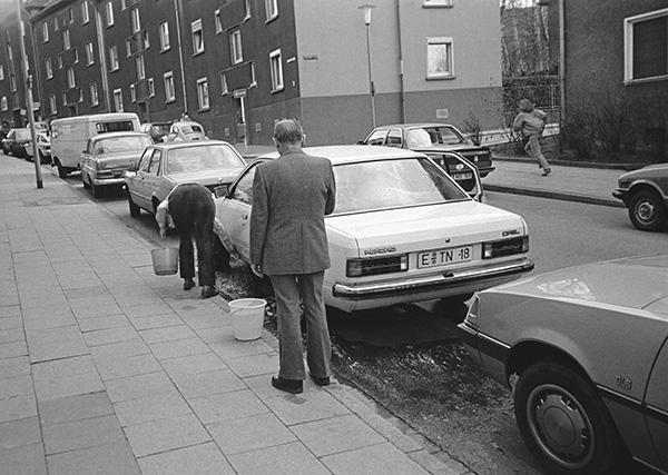 Selbst wäscht die Frau, und der Mann schaut zu – hier in Essen-Frohnhausen 1985. Alles andere als sauber waren damals die Motoren. Das Auto aber war Familienmitglied und »badete« wie jedes andere gerne samstags.