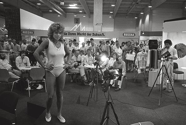 Modenschau für orthopädische Unterwäsche in der Messe Essen 1986. Sicher fällt es den Models nicht leicht, Hüft, Fuß- und andere Beschwerden – der Authentizität wegen – zu simulieren.