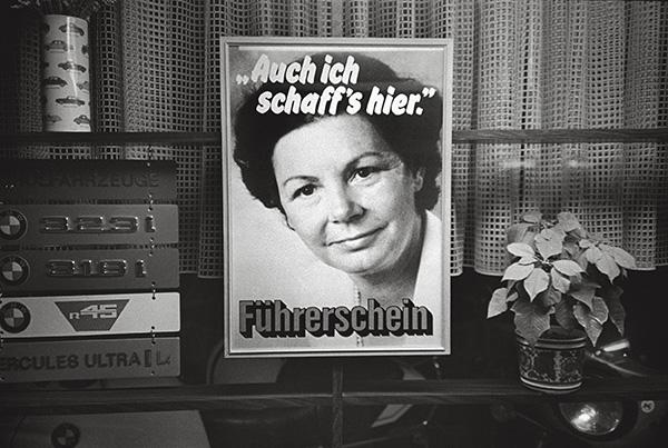 Schaufenster einer Fahrschule in Essen 1983. Das Frauenbild lässt zu wünschen übrig. Mannsbilder bringen`s auf Anhieb, oder?