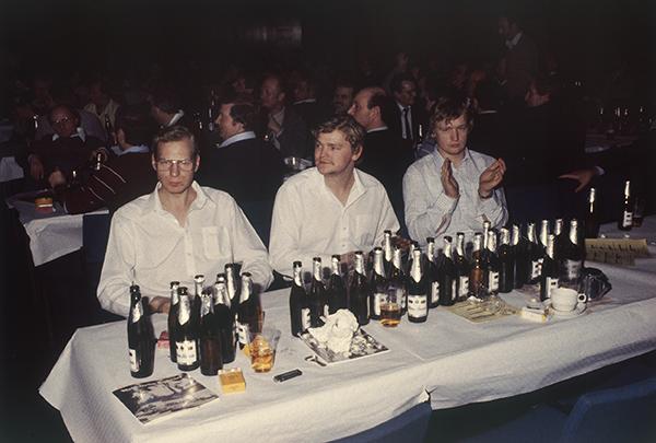 Ein dynamisches Trio beim Herrenkarneval in der Mercatorhalle in Duisburg 1984. Die Stimmung spiegelt sich in den Gesichtern und in den Flaschen wider. Prostschon mal aufs nächste Jahr – mit derselben Dynamik.
